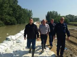 Orbán and Defense Minister Hende inspect a sandbag barrier near Győrújfalu.