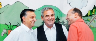 Băsescu (right) with Orbán (left) and Tőkés at 2010 Tusványos Summer University.
