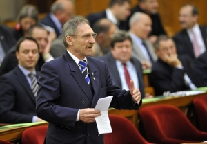 Interior Minister Pintér introduces legislation withdrawing government support from those who refuse public work.
