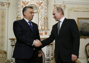 Orbán and Putin shake on the Paks deal.