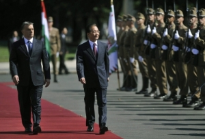Premier Wen Jiabao reviews a Hungarian Army honor guard during his official visit to Budapest.