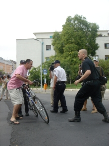 Tomcat ready to pounce on man preparing to throw his bicycle at anti-Hungarian Guard protest (8/25/2007).