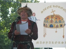 Man in ancient-Hungarian clothing speaks before image of the Holy Crown during anti-government demonstration (9/14/2007).