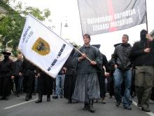 György Budaházy (center) and László Toroczkai (second from right) lead march to the Soviet War Memorial (9/20/2008).