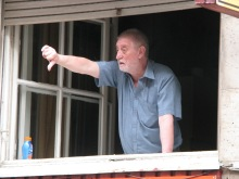 Man gives thumbs down to liberal-party officials Gábor Horn and Iván Pető during ticket-office demonstration (4/11/2008).