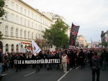 """""""Down with Anti-Hungarianism!"""" Demonstrators march to the Soviet War Memorial (9/20/2008)."""