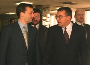 Prime Minister Orbán (left) and ÁPEH President Simicska chat in the late 1990s.