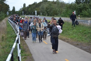 Migrants walking down bicycle path outside Hegyeshalom toward the Austrian border (photo: Orange Files).