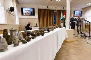 Ordnance on display during the Pintér-Tasnádi press conference (photo: MTI).