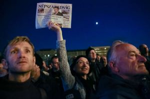 Demonstrators protest the suspension of Népszabadság's publication (photo: index.hu).