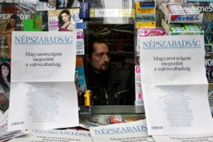 """Newspaper stand in Budapest on October 10, 2016:""""Freedom of the Press has Ended in Hungary"""" (photo: Népszabadság Facebook page)."""